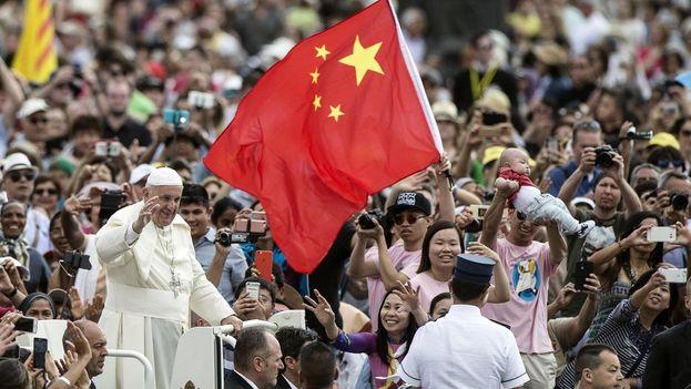 La bandera china ondea durante un acto en la Plaza de San Pedro en el Vaticano. (Twitter)
