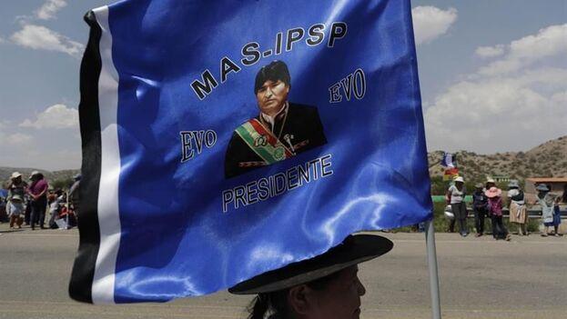 Pobladores de la localidad de Tupiza (Bolivia), esperan para ver al expresidente Evo Morales en su recorrido hacia Uyuni. (EFE/Paolo Aguilar)