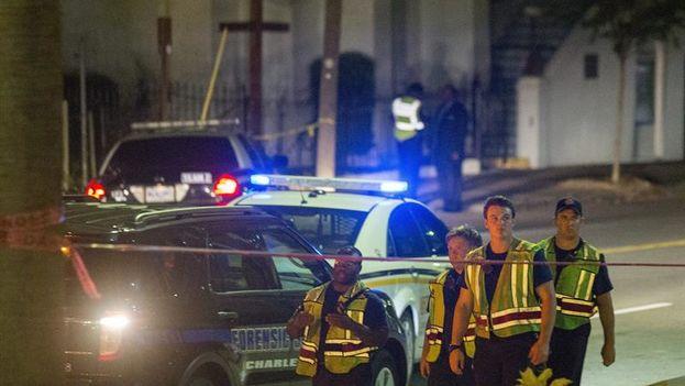Policía a las puertas de la iglesia metodista de Charleston (Carolina del Sur) donde se produjo un tiroteo que ha dejado al menos nueve muertos. (EFE/Richard Ellis)