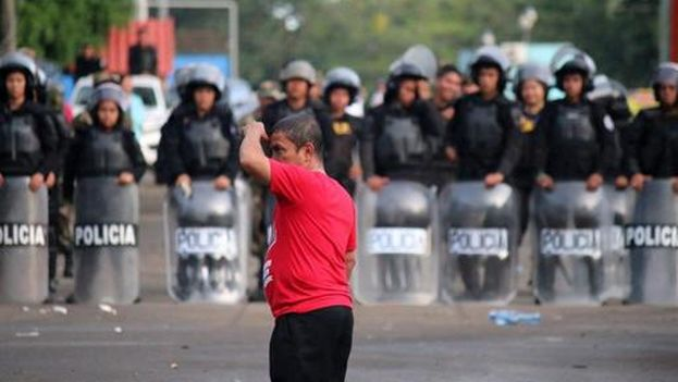 Un migrante cubano frente a la Policía en la frontera entre Costa Rica y Nicaragua, el pasado 16 de noviembre. (EFE/Álvaro Sánchez)