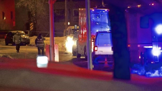 Agentes de la Policía municipal de Quebec inspeccionan los alrededores del Centro Cultural Islámico donde tuvo lugar el atentado. (EFE/Andre Pichette)