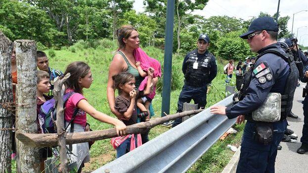 La Policía intenta persuadir a una familia de migrantes centroamericanos que viajaba en caravana la pasada semana hacia EE UU. (EFE/ José Torres)