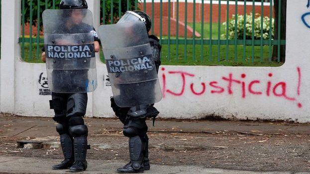 La Policía Nacional está disparando con fusiles AK-47 en varios barrios de Managua. (EFE)