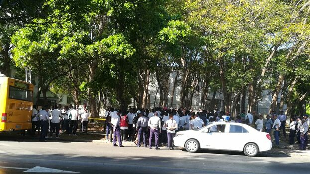 Policía rodeando las afueras de la embajada de Congo en La Habana. (14ymedio)