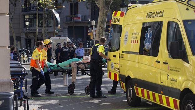 El atentado ocurrió pasadas las 15:00 horas, cuando una furgoneta alquilada de color blanco arrolló a varias personas que paseaban por las Ramblas. (EFE)