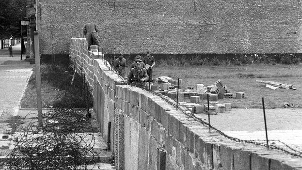 Policías de Alemania del Este trabajaban en 1961 en la construcción del Muro de Berlín, para bloquear el acceso al distrito Reinickendorf en Berlín Oeste (Alemania). (EFE/Bildarchiv/Archivo)