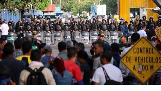 Policías nicaragüenses resguardan la frontera con Costa Rica para impedir el paso de los inmigrantes cubanos que se dirigen a Estados Unidos (Foto Álvaro Sánchez/EFE)