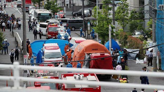 Policías y personal de emergencias en el lugar donde se perpetró el ataque en Kawasaki, Japón. (EFE/Jiji Press)