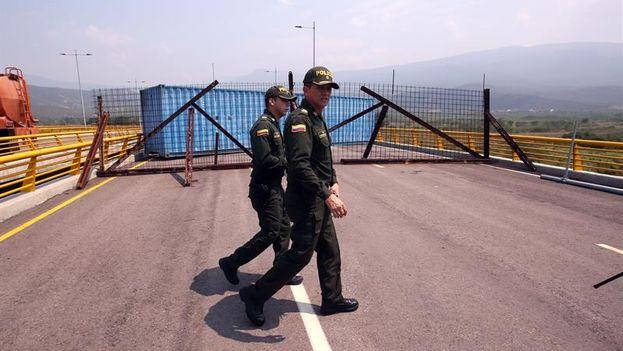 Policías colombianos prestan guardia en el puente Tienditas este miércoles, sector Boconó, en Cúcuta (Colombia), que bloquean los militares venezolanos. (EFE/Mauricio Dueñas)