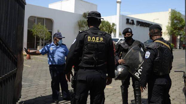Policías del régimen orteguista durante el allanamiento a las instalaciones de 'La Prensa' este 13 de agosto. (Twitter)