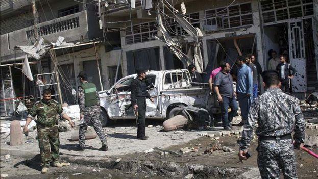 Policías iraquíes trabajan en el lugar de un atentado en Bagdad, Irak. (EFE)