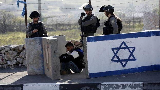 Policías israelíes retienen a un joven palestino en un control. (EFE)
