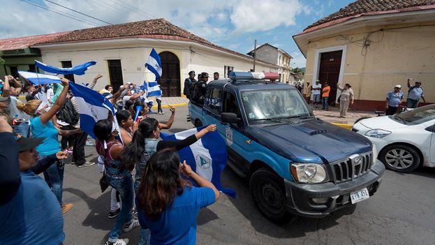 """Policías y paramilitares atacaron una caravana """"azul y blanco"""" en Granada. (Carlos Herrera/Niú)"""