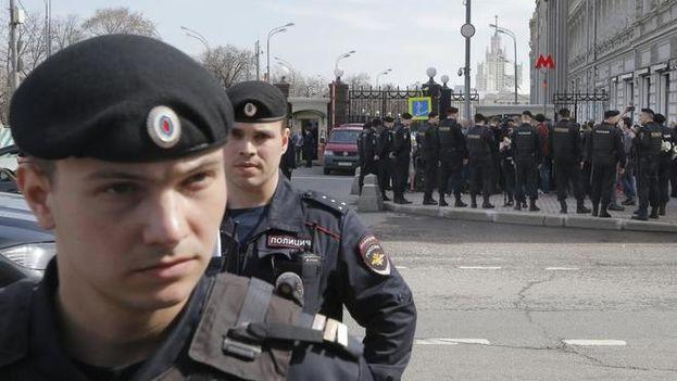 Policías rusos durante una protesta opositora en Moscú. (EFE)