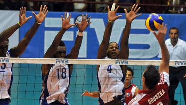 Cuba juega contra Polonia en la Liga Mundial de Voleibol. (EFE)