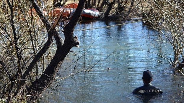 Buzos de Prefectura Naval encontraron un cuerpo en el Río Chubut durante un nuevo rastrillaje en la búsqueda de Santiago Maldonado. (Clarín)
