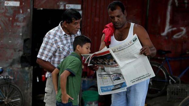 """Por primera vez en su historia de casi 93 años el diario 'La Prensa' publica su portada prácticamente en blanco, solo con la pregunta: """"¿Se ha imaginado vivir sin información?"""". (EFE)"""