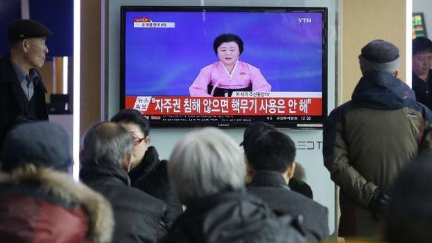 Presentadora oficial de Corea del Norte lee un comunicado a la nación. (EFE)