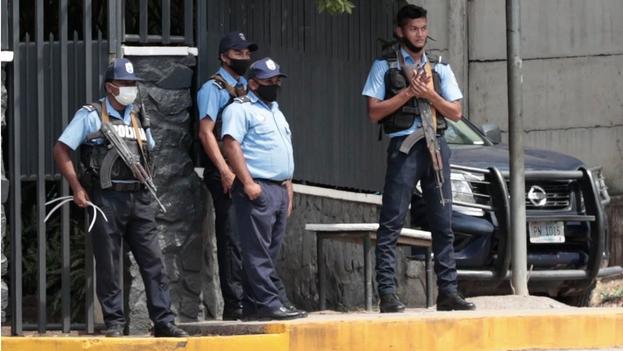 Agentes vigilando la vivienda de la aspirante opositora a la Presidencia, Cristiana María Chamorro Barrios, en Managua. (EFE/Jorge Torres)