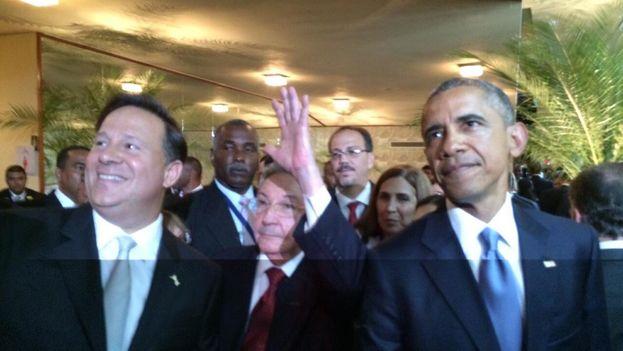Primera imagen de Barack Obama y Raúl Castro juntos durante la inauguración de la Cumbre