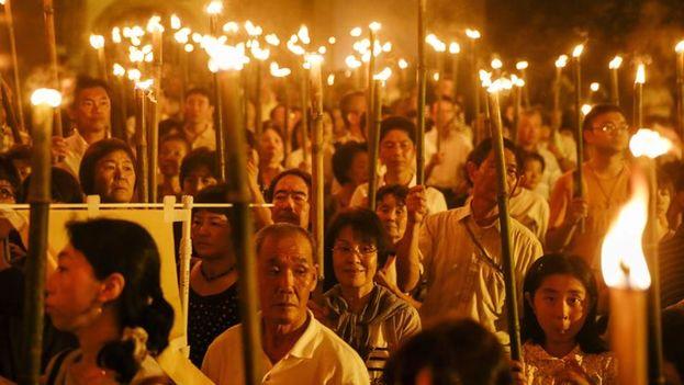 Procesión católica conmemorando el 70º aniversario del lanzamiento de la bomba atómica sobre Nagasaki (Japón). (EFE/ EPA/ Kimimasa Mayama)