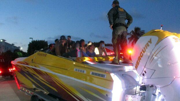 Los migrantes fueron entregados a la Oficina de Aduanas y Protección Fronteriza de EE UU. (Twitter/@mcsonews)