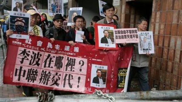 Protesta en Hong Kong por la desaparición de los cinco libreros. (Twitter)