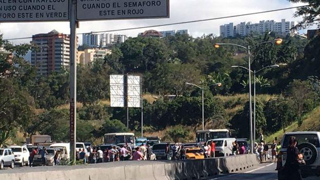 Protesta para exigir la entrega de las cajas CLAP y el pernil. (@NTN24ve)