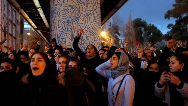 Protesta contra el régimen iraní tras el derribo del avión ucraniano en la universidad de Amir Kabir. (EFE)
