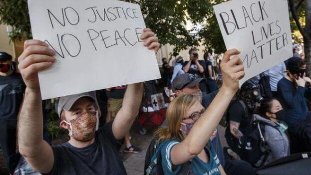 Protestas frente a la Casa Blanca este martes en la tercera jornada de toque de queda en Washington. (EFE)