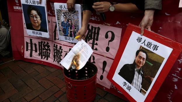 Protestas en Hong Kong por la desaparición de los libreros. (Twitter/@wu_venus)