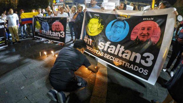 Protestas en la Plaza Grande de Quito para reclamar el regreso de los tres periodistas secuestrados. (@rolandoteleSUR)