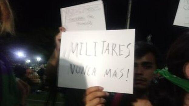 Protestas en El Salvador tras la entrada, este domingo, del presidente con el Ejército en el Parlamento. (NotiblogSV)