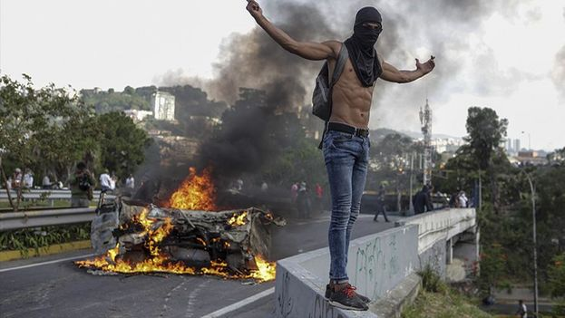 Marchan mujeres contra la violencia en Venezuela