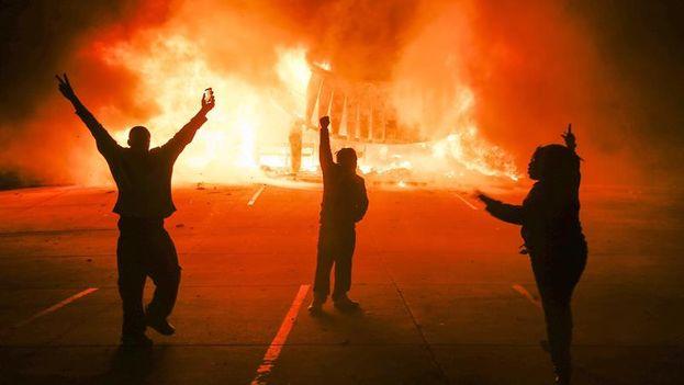 Protestas en una noche de disturbios en Ferguson tras conocerse el fallo del caso  (EFE/Tannen Maury)