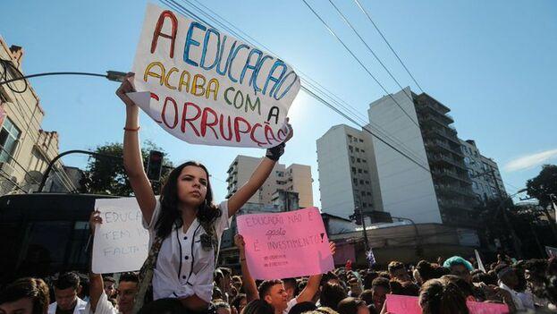 Protestas contra los recortes de Bolsonaro en universidades. (EFE)