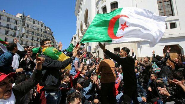 Protestas contra el proceso de transición en Argelia. Los ciudadanos piden una ruptura radical con el sistema anterior. (Euronews)
