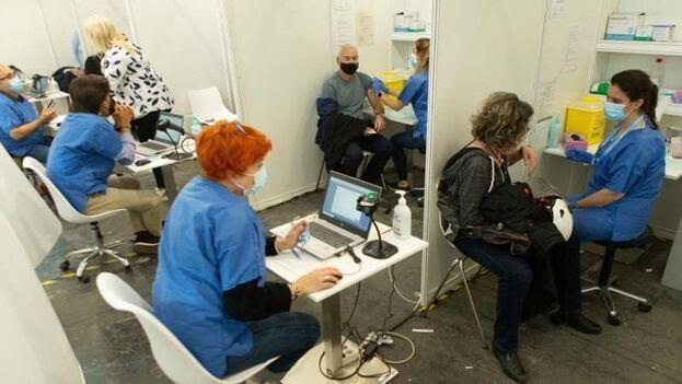 Punto de vacunación en un hospital de Cataluña. (EFE)