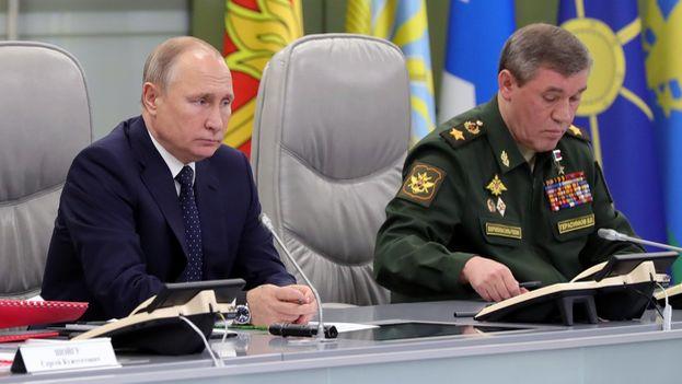 Putin acudió al Centro Nacional de Mando para supervisar el lanzamiento del Avangard, que recorrió unos 6.000 kilómetros. (@KremlinRussia_E)