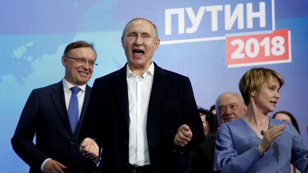 Putin celebra su victoria este domingo en Moscú ante sus seguidores. (EFE/EPA/Sergei Ilnitsky)