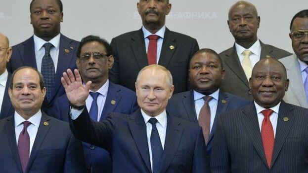 Putin junto a los líderes africanos en la cumbre de Sochi. (EFE)