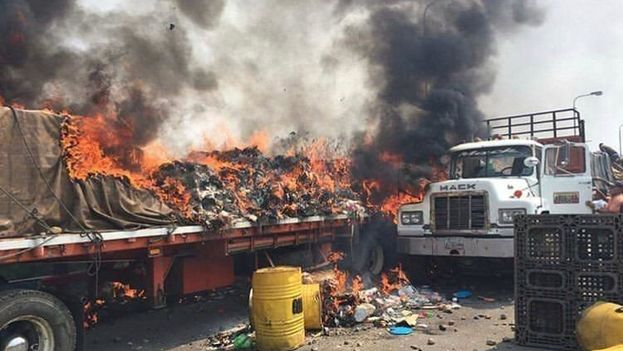Queman camiones con ayuda a Venezuela en frontera con Colombia. (Facebook)