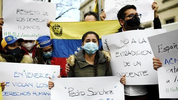 La mujer de Ernesto Quintero, Cismary Marcano, sostiene una pancarta durante su visita al Tribunal Superior de Justicia de Madrid. (Europa Press/Óscar Cañas)