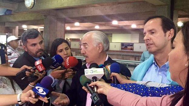 Quiroga y Pastrana hablan con la prensa a su llegada al aeropuerto de Caracas. (@AndresPastrana_)