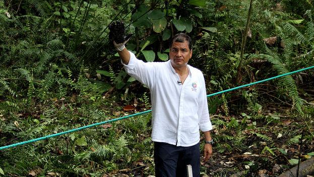 El presidente Rafael Correa durante la campaña 'La mano sucia de Chevron' en 2013, que pretendía demostrar los daños causados por la petrolera en la Amazonía ecuatoriana. (Flickr/ Cancillería de Ecuador)