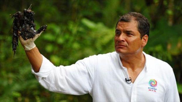 """El expresidente ecuatoriano, Rafael Correa, en una imagen de archivo promocionando la campaña """"La mano sucia de Chevron"""" contra la empresa norteamericana. (EFE)"""