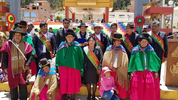 Rafael Quispe, al centro y coronado de flores, durante uno de sus recorridos por Bolivia. (Twitter @TataQuispe)