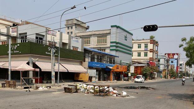 El centro de Ragún, la mayor ciudad del país, se mantiene también prácticamente desierto, con las excepción de algunas personas que salieron a comprar comida en puestos callejeros.(EFE)