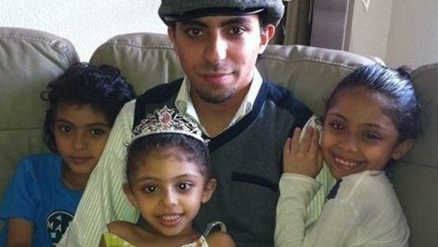 Raif Badawi junto a sus tres hijas