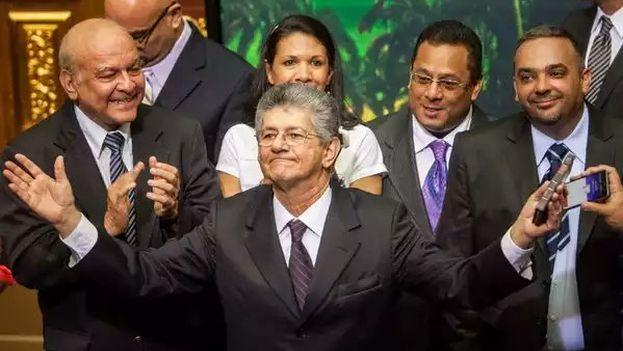 Ramos Allup enmendó a Torrealba por pedir excusas en su nombre en el caso de los retratos retirados de la Asamblea. (@RamosAllup)